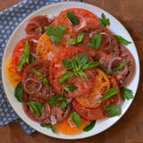 recept: Heirloom Tomato Salad with Pomegranate-Sumac Dressing