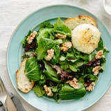 Przepis: Alice Waters' Baked Goat Cheese with Spring Lettuce Salad