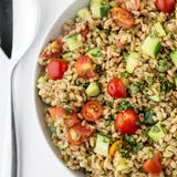 Przepis: Summer Farro Salad with Tomatoes, Cucumbers & Basil
